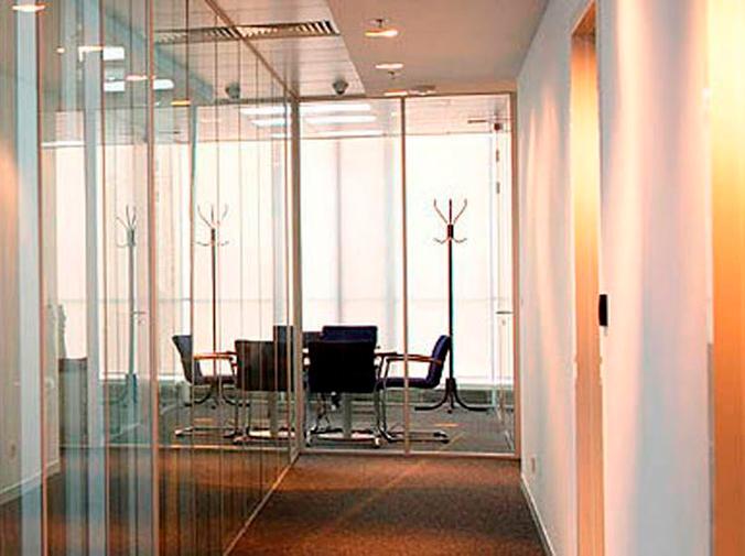 Instala mamparas de cristal en la oficina